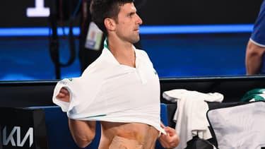 Novak Djokovic avec un pansement aux abdominaux lors de la finale de l'Open d'Australie 2021