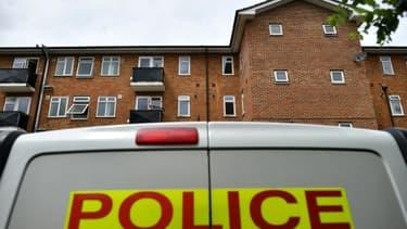Un véhicule de la police devant le lieu le 21 juin 2020 où la veille a eu lieu une attaque au couteau, à Reading (ouest de Londres)