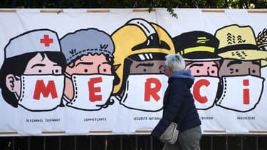 Un poster pour remercier les personnes qui luttent contre le coronavirus, à Paris, le 14 avril 2020.