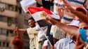 Partisans des Frères musulmans jeudi place Tahrir, au Caire. Des centaines de manifestants se sont rassemblés jeudi, pour le troisième jour consécutif, sur cette place symbolique de la révolution ayant abouti au renversement d'Hosni Moubarak au début de l