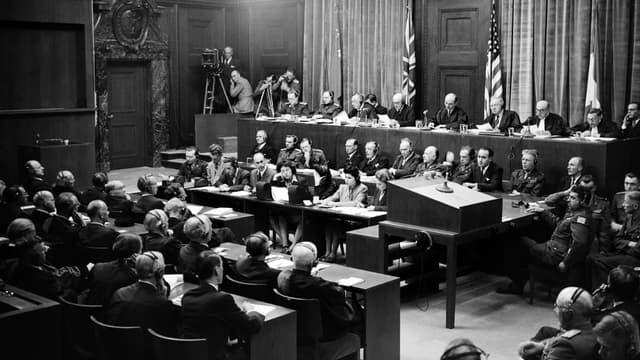 Le procès de Nuremberg s'est déroulé de 1945 à 1946 contre 24 des principaux responsables du IIIe Reich accusés de complot, crimes contre la paix, crimes de guerre et crimes contre l'humanité.