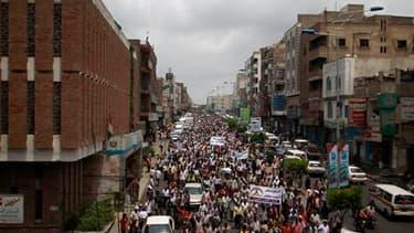 Manifestation anti-gouvernementale à Taïz, dans le sud du Yémen. Le président Ali Abdallah Saleh et l'opposition ont accepté de signer le plan de transition élaboré par les pays du Golfe, moyennant de légères modifications, après intervention de diplomate