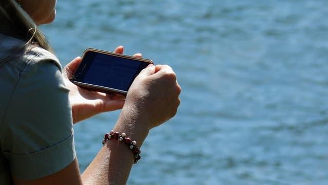 """Même si leur employeur n'exerce aucune pression, c'est le salarié lui-même qui a du mal à faire la distinction et qui a des scrupules à appuyer sur le bouton"""" off"""" de son smartphone."""