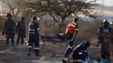 Evacuation de blessés dans une mine à Rustenburg, à 100 km au nord de Johannesburg. Le bilan des affrontements qui ont opposé jeudi les forces de l'ordre sud-africaines à des ouvriers en grève de la mine de platine de Marikana dépasse les trente morts, a