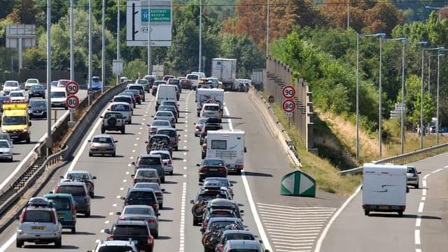 Des automobilistes circulent au ralenti sur la rocade de Bordeaux, le 1er août 2009.