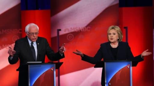 Les candidats à la primaire démocrate américaine, Bernie Sanders (g) et Hillary Clinton, le 4 février lors d'un débat télévisé