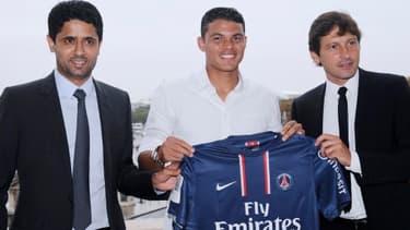 Les dirigeants du Paris Saint Germain entourent le brésilien Thiago Silva, recruté 45 millions d'euros.