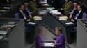 La chancelière allemande Angela Merkel devant le Bundestag, mercredi. L'Allemagne a déclaré la guerre aux spéculateurs et pris à contre-pied ses partenaires européens qui ont certifié ne pas avoir été consultés sur la décision de Berlin d'interdiction les