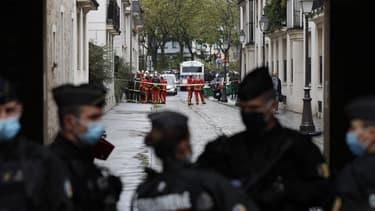 Des forces de l'ordre sécurisant le périmètre autour des anciens locaux de Charlie Hebdo où une attaque terroriste survenue vendredi a fait deux blessés.