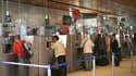 Guichets de la SNCF à la gare du Nord, à Paris. Le prix du billet de train pourrait s'envoler en France si la nouvelle loi sur l'électricité est adoptée, selon le directeur des achats de la SNCF, premier consommateur du pays pour ce type d'énergie. /Photo