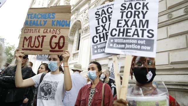 Des étudiants défilent à Londres le 14 août pour dénoncer les notes attribuées par un algorithme pour leur examen.