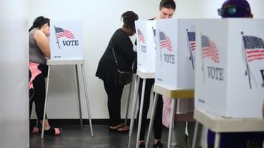 Des Américains votent de manière anticipée aux midterms en Californie, le 5 novembre 2018.