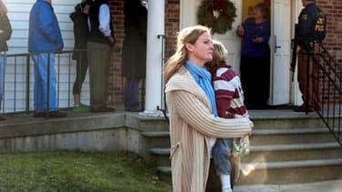 Une mère tient sa fille dans ses bras, peu après la fusillade de Newtown, dans le Connecticut, le 14 décembre 2012.