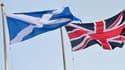 A gauche, le drapeau écossais. A droite, le drapeau du Royaume-Uni. Ce dernier va-t-il devoir changer à l'issue du référendum de jeudi?