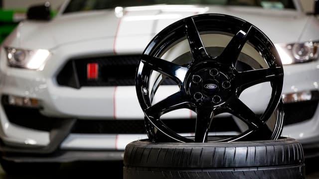 Ces jantes 19 pouces ne sont pas en alu. Elles sont en fibre de carbone et représentent un surcoût de 50% pour la Mustang GT350R.