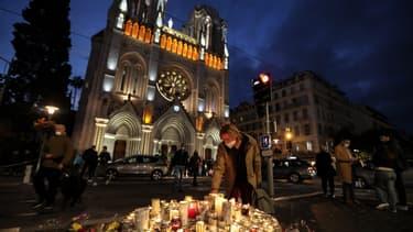 hommage aux victimes devant la basilique à Nice.