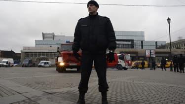 Un policier russe près de la station de métro visée par un attentat, à Saint-Pétersbourg, le 3 avril.