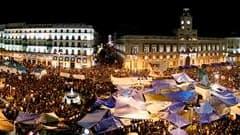 """Sur la place madrilène Puerta del Sol, où des milliers de jeunes Espagnols surnommés """"los indignados"""" se sont rassemblés jeudi pour la cinquième journée consécutive. La commission électorale espagnole a annoncé jeudi soir que les manifestations, qui secou"""