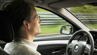 Conduire sans avoir les mains sur le volant vous expose à une amende de 22 euros