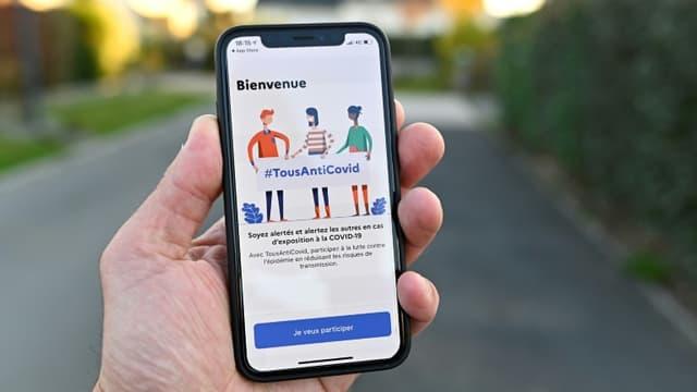 """La nouvelle application """"Tous anti-Covid"""" sur un smartphone, le 22 octobre 2020 à Rennes"""
