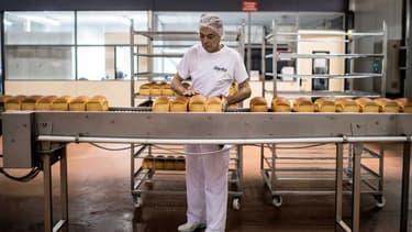 Un employé Barilla sur une ligne de production de pain Harrys