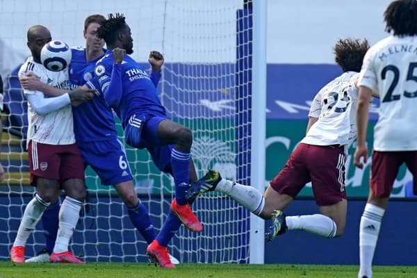 Le défenseur brésilien David Luiz (d) ouvre le score pour Arsenal lors du match de Premier League à Leicester, le 28 février 2021