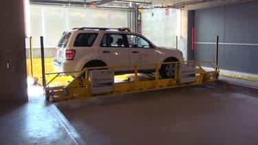 Un système ascenseur et de robots déplacent automatiquement les véhicules dans ce parking.