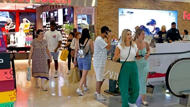 Des personnes faisant des courses sans masque dans un centre commercial de Tel Aviv, en Israël, le 15 juin 2021