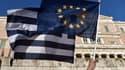 Les drapeaux européen et grec lors d'une manifestation en Grèce le 18 juin 2015.
