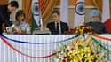 A New Delhi, Nicolas Sarkozy entouré du Premier ministre indien Manmohan Singh et de la présidente du directoire d'Areva Anne Lauvergeon Le groupe français a signé lundi deux accords visant la fourniture d'au moins deux réacteurs nucléaires de type EPR à