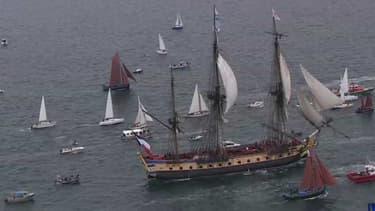 L'Hermione, réplique de la frégate de La Fayette, est apparue lundi vers 13H00 à l'entrée du goulet de Brest.L'Hermione arrive le 23 juillet 2015 dans le port de Saint-Pierre-et-Miquelon