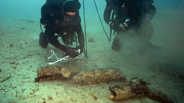 Plongeurs neutralisant des obus de la Seconde Guerre Mondiale en mer méditerranée, le 2 février 2016