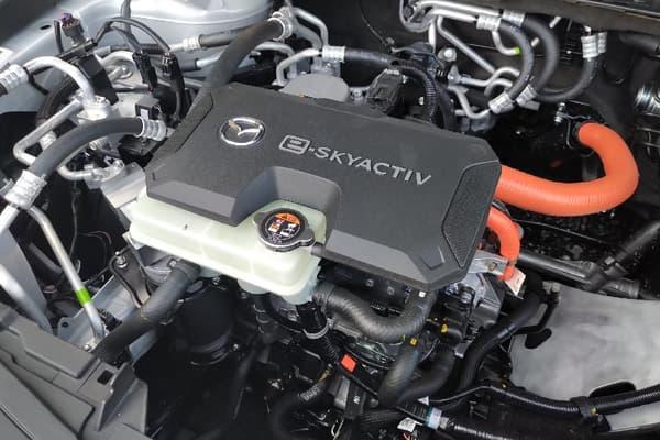 Mazda s'est basé sur une utilisation quotidienne et urbaine d'une voiture, soit quelques dizaines de kilomètres par jour. L'autonomie annoncée pour le MX-30 est donc de seulement 200 kilomètres.