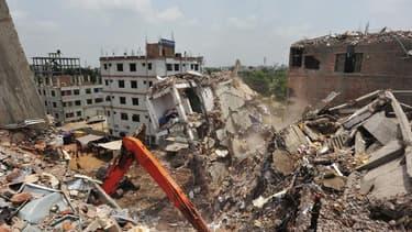 Les restes de l'immeuble de huit étages qui s'est effondré le 24 avril aux environs de Dacca, au Bangladesh, faisant plus de 600 morts. L'épouse de l'un des ouvriers du textile tué dans l'effondrement a porté plainte dimanche contre le propriétaire de l'i