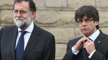Le Premier ministre espagnol Mariano Rajoy (gauche) et le président de la Catalogne Carles Puigdemont (droite) lors du défilé en hommage aux victimes des attentats de Barcelone et Cambrils, le 20 août 2017 à Barcelone