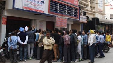 En Inde, de longues files d'attente se sont formées devant les banques pour tenter d'échanger les billets de 500 et 1.000 roupies devenus inutilisables sur décision du gouvernement