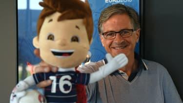 """Erik Berchet-Moguet présente """"Super Victor"""", la mascotte de l'Euro 2016 dont il est le créateur."""