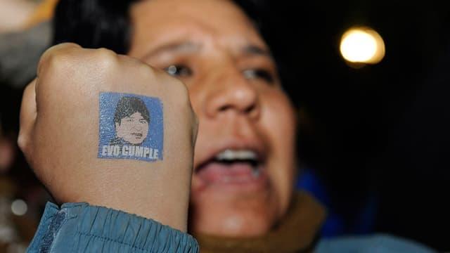 Un partisan du président Morales, réélu dimanche pour un troisième mandat à la tête de la Bolivie