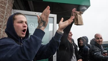 Les files d'attente ne désemplissent pas devant les magasins de la Société Québécoise du Cannabis au Canada.