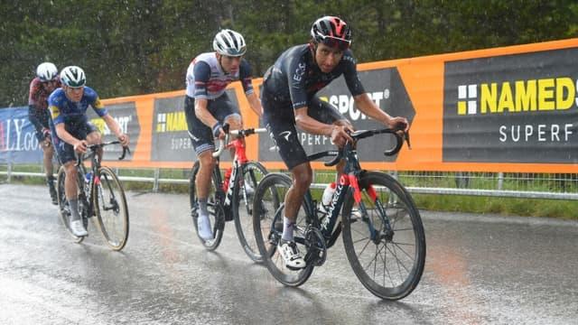Le Colombien Egan Bernal emmène dans sa roue le Belge Remco Evenepoel, lors de la 6e étape du Tour d'Italie, disputée entre Grotte di Frasassi et Ascoli Piceno, le 13 mai 2021