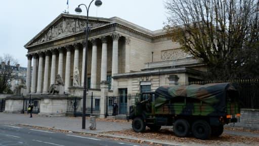 Un véhicule militaire devant l'Assemblée nationale le 14 novembre 2015 à Paris