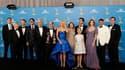 """Le producteur Matthew Weiner (au centre) et la distribution de la série """"Mad Men"""". Cette série, qui dépeint la vie d'une agence publicitaire dans le New York des années 1960, s'est vu décerner pour la troisième année consécutive l'Emmy Award de la meilleu"""