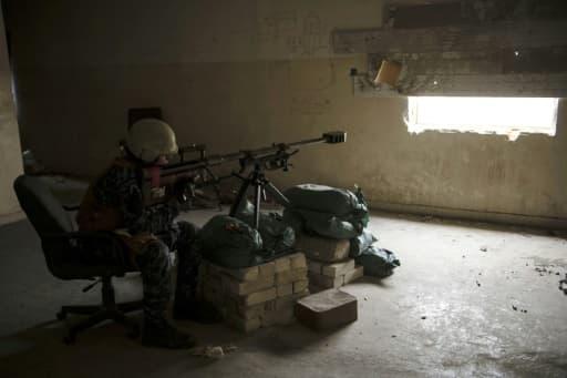 Un sniper de la police irakienne dans l'ouest de Mossoul, le 12 avril 2017