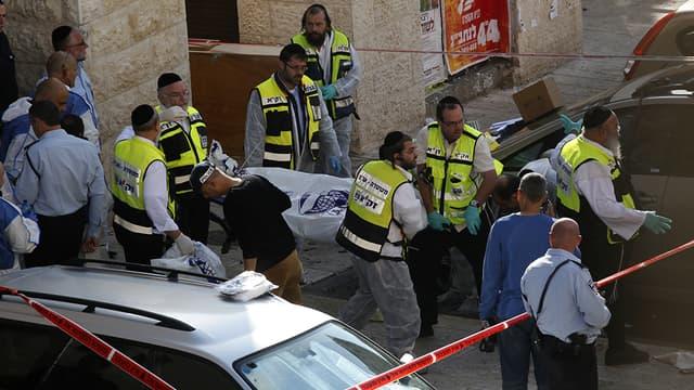 Les secours sur place, mardi, à Jérusalem, après une attaque de synagogue qui a fait six morts.