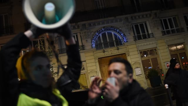 Les manifestants devant le théâtre des Bouffes du Nord, vendredi 17 janvier 2020 - Lucas Barioulet - AFP