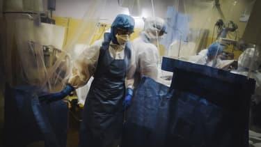 Une équipe médicale soignant un malade du Covid-19 à Levallois-Perret le 9 avril 2020.