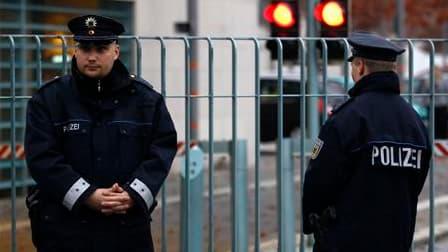 Policiers devant la Chancellerie fédérale à Berlin où a été découvert un colis suspect. L'enquête est en cours. /Photo prise le 2 novembre 2010/REUTERS/Fabrizio Bensch