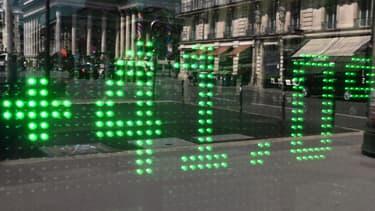 Image d'illustration - La température de l'air s'affiche numériquement sur la vitrine d'une pharmacie parisienne