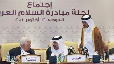 Discussion entre le président palestinien Mahmoud Abbas (à gauche) et le Premier ministre qatari Hamed bin Jassim bin Jabr al Thani, dimanche au sommet de la Ligue arabe. L'organisation panarabe a présenté dimanche un plan visant à mettre fin à sept mois