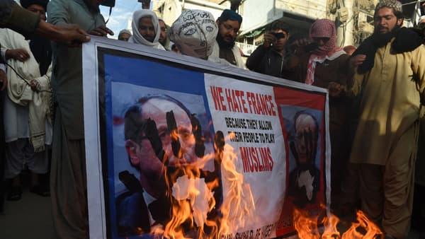 Des manifestants brûlent un portrait de François Hollande à Quetta, au sud-ouest du Pakistan, le 18 janvier 2015.